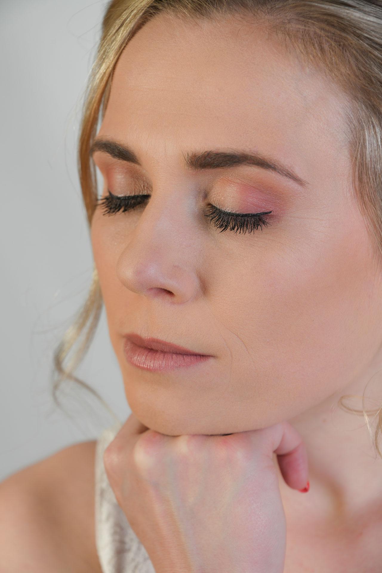 Hochsteckfrisur und Make-up