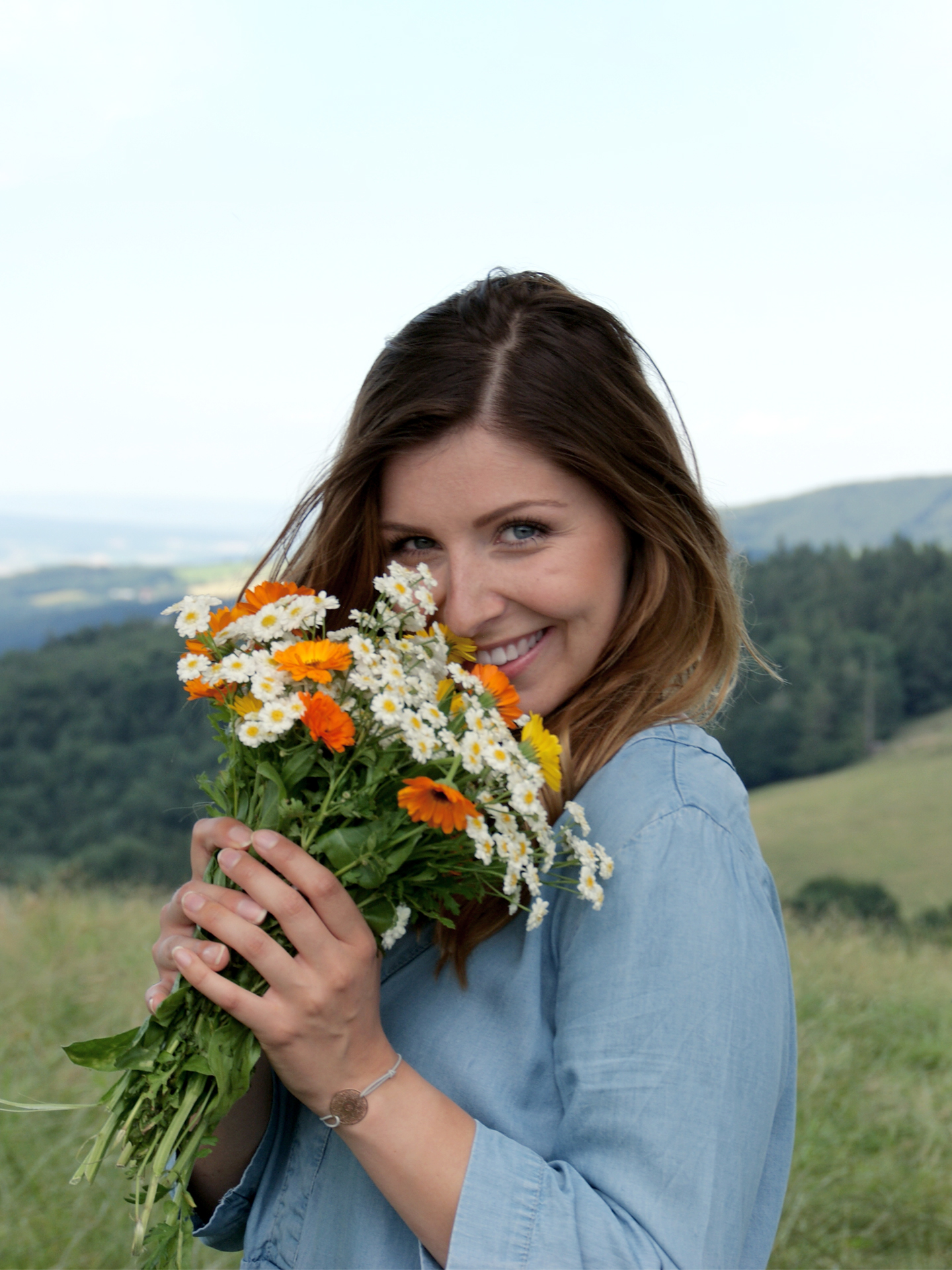 Julia Fuchs mit Blumenstrauß